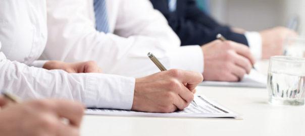 Ludzie piszący egzamin 604x270 - Zmiany na egzaminie MATURA 2021